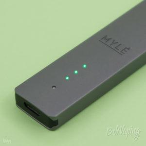 Индикация заряда встроенного аккумулятора MYLE VAPORS Starter Kit